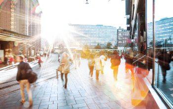 Deliberatiivinen kansalaisosallistuminen, kuvassa ihmisiä kaupungilla