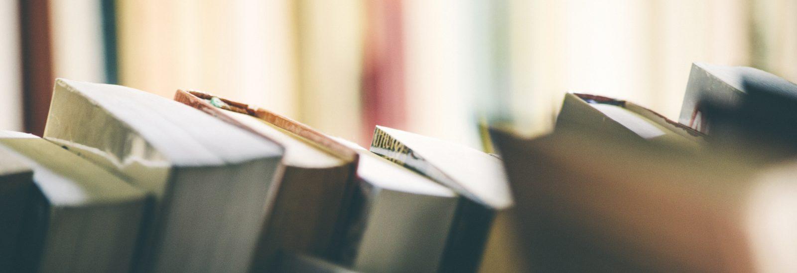 Kirjoja kirjahyllyssä