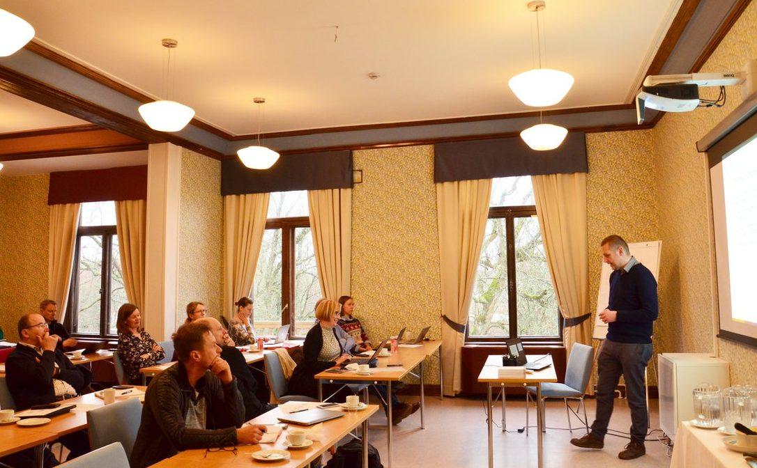 Yleisö kuuntelee Henrik Serup Christensenin esitystä